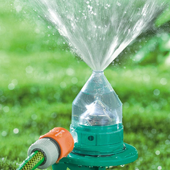 Color changing sprinkler waters your lawn with style for Aspersores de agua para jardin